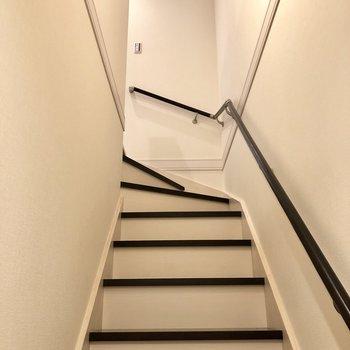 玄関は1階で、階段を上がった2階にお部屋があります。