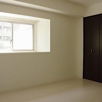 玄関に近い方のお部屋※写真は同間取り別部屋のもです。