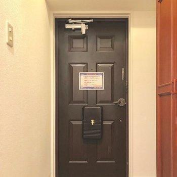 なんだかチョコレートみたいな玄関扉。
