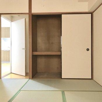 さすが日本の知恵、押し入れは収納力ニジュウマル◎(※電気を付けて撮影しています)
