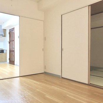 各部屋の仕切りはこんな感じ。新しい畳の良い香り◎(※電気を付けて撮影しています)
