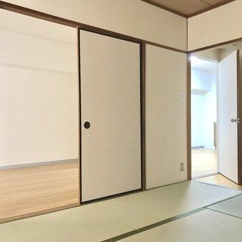 リビングと和室もドアでつながってます。(※電気を付けて撮影しています)