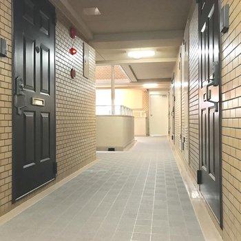 共用廊下スッキリしてます。吹き抜けなので、天気も分かりやすい◎