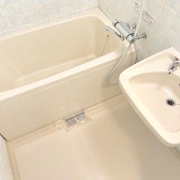 2点ユニットはお手入れ楽チン。お風呂は温度調節出来るの。