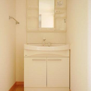 洗面台はゆったりサイズ