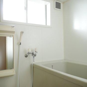 浴室は窓があって明るい!