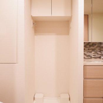 洗濯機置場上には洗剤などを。※写真は12階の同じ間取りの別部屋です。