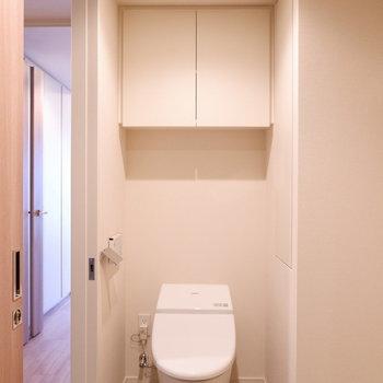 トイレ上に棚ありますね!※写真は12階の同じ間取りの別部屋です。