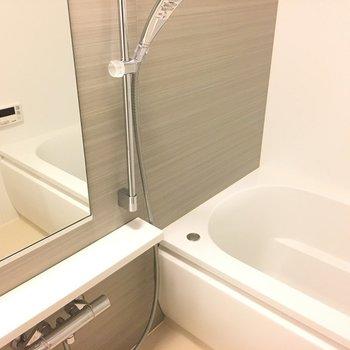 お風呂はゆったり、美しき。※写真は5階の反転間取り別部屋です。
