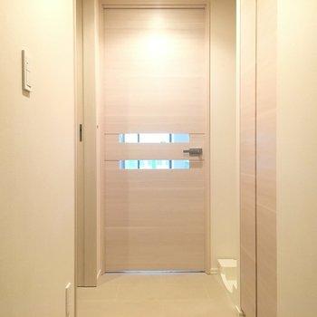 玄関から。小窓がステキ。※写真は5階の反転間取り別部屋です。