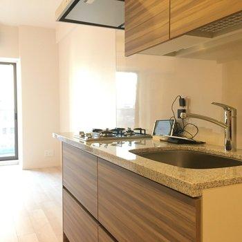 キッチンかっこいい!大理石調で豪華。※写真は5階の反転間取り別部屋です。