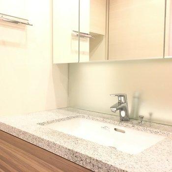 洗面台も大理石調でホテルライクに。※写真は5階の反転間取り別部屋です。