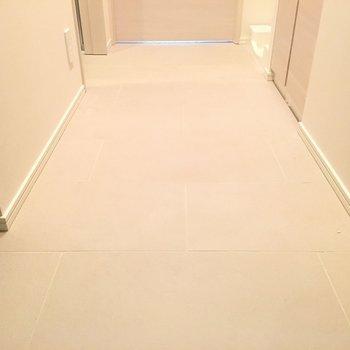 玄関の段差はありません。※写真は5階の反転間取り別部屋です。