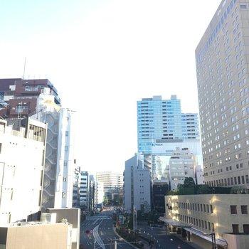 展望、いいですねビルとビルの間。※写真は5階の反転間取り別部屋です。