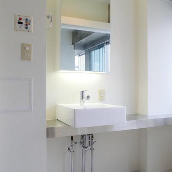 間接照明が雰囲気ある独立洗面台。