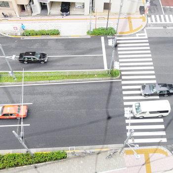 見下ろすと、桜田通りです。高さありますね〜。