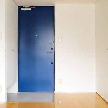 玄関です。青扉が印象的!