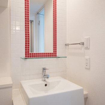 赤いタイルがクールな洗面台です。