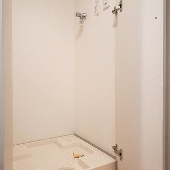冷蔵庫の隣には洗濯機置き場があります。扉付きが嬉しいポイント。