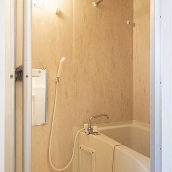 浴室乾燥機付きのバスルームです。