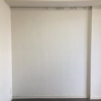 奥の壁にはピクチャーレール!※写真はクリーニング前になります。