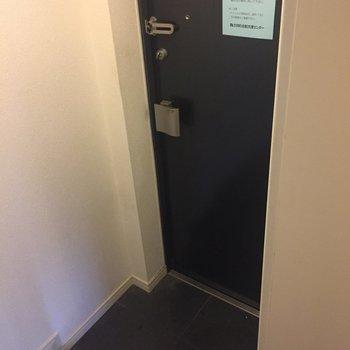 玄関はこじんまりと。※写真はクリーニング前になります。