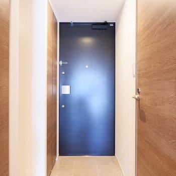 玄関はフラットなタイプに。※4階の同じ間取り別部屋の写真