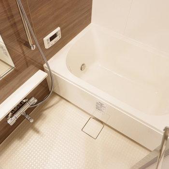 お風呂はひとり暮らしにはゆったりサイズ。※4階の同じ間取り別部屋の写真