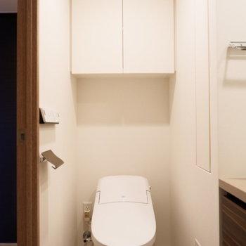 トイレ上に棚付いてます。※4階の同じ間取り別部屋の写真