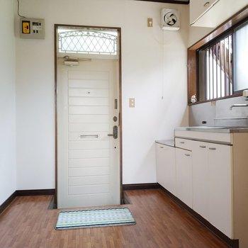 玄関にも直結してる、キッチンにも行って見ましょう!