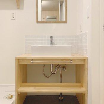 木枠の鏡がポイントのナチュラルな洗面台!