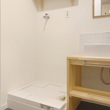 洗濯機は洗面台の隣に