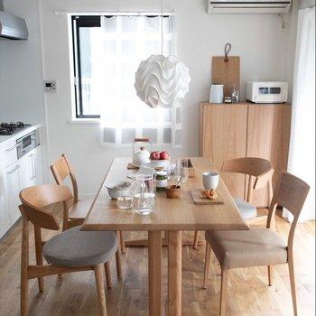 キッチン前にダイニングスペース※家具はイメージです