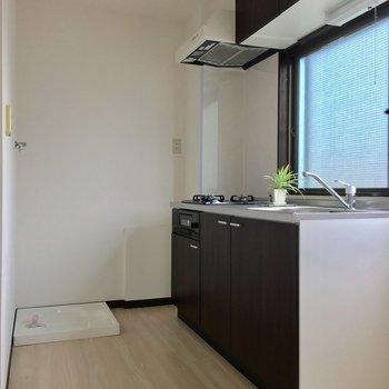 キッチン後ろに洗濯機と冷蔵庫の合理的な配置。
