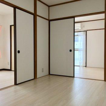 6帖のお部屋から、左がLDKで前がバルコニーのお部屋。