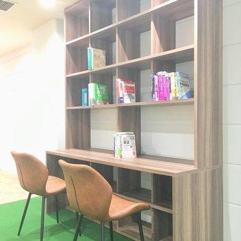 コチラの本棚は、ご入居者様に合わせた本をチョイスして追加してくれるんですって!