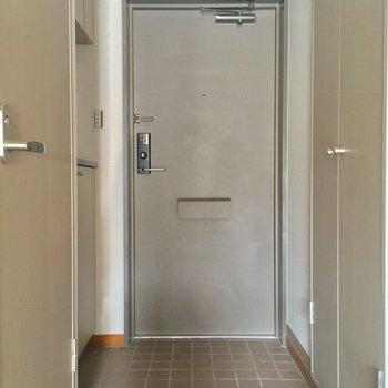 玄関もゆとりがありますね。右手には・・・※405号室の写真です