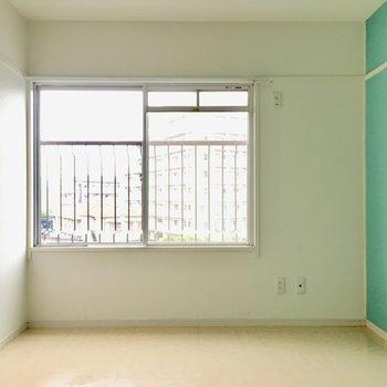 こちらのお部屋にも窓があります。