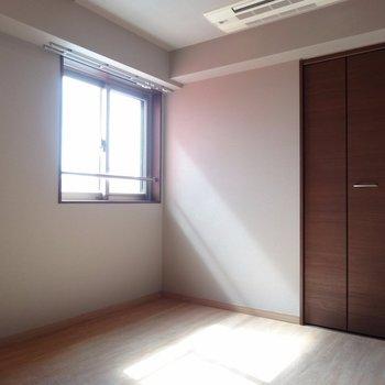 こちらはダイニング側の洋室。こちらも日当たりよし!※写真は反転タイプ。