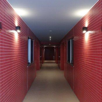 今回のお部屋は赤の方です。※写真は反転タイプ。