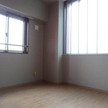 こちらはリビングとなりの洋室です。ここの窓もすりガラスからの光でとっても明るい!子供部屋にいいかも。※写真は反転タイプ。