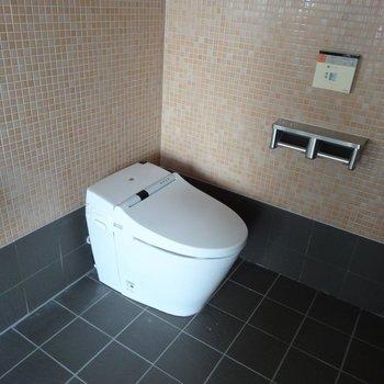 トイレはタンクレス。おっしゃれ〜。※写真は反転タイプ。
