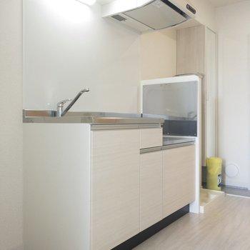 キッチンスペースを見てみましょう。冷蔵庫は手前に置けますよ。※写真は前回募集時のものです