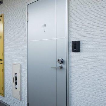 シックな玄関扉ですね。