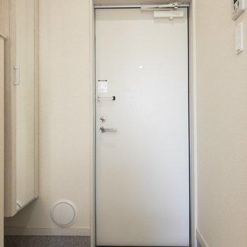 玄関スペースは横長でコンパクトタイプ。※写真は前回募集時のものです