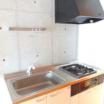 キッチンは2口のグリル付き!※写真は6階の別部屋です