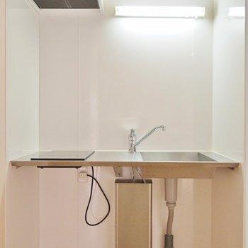ステンレス製のかっちょいいキッチン。※写真は202号室のもの