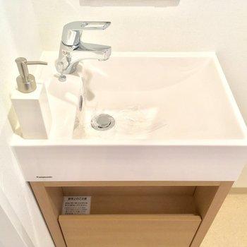 小さな洗面台が可愛らしい!※写真は4階同じ間取りの別部屋