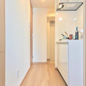 左の扉を開けてキッチンへ進みましょう〜※写真は4階同じ間取りの別部屋