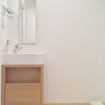 キッチンの背面にはサニタリーがありますよ※写真は4階同じ間取りの別部屋